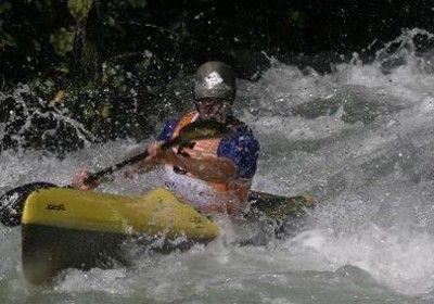 El piragüismo  es un deporte acuático que se practica en verano.Para realizarlo se utiliza embarcaciones ligeras de fibras de vidrio o plástico.
