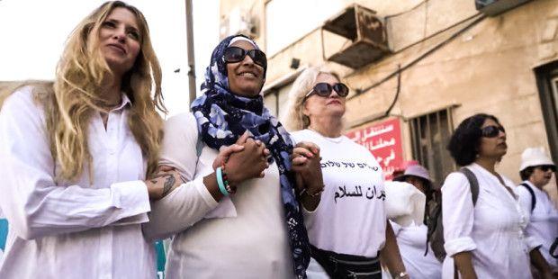 Palesztinában+és+Izraelben+közel+20+ezer+keresztény,+zsidó+és+muszlim+nő+vonult+utcára+a+békéért.+Közös+himnuszuk,+az+Édesanyák+imája+felemelő+üzenetét+itt+hallhatjátok!