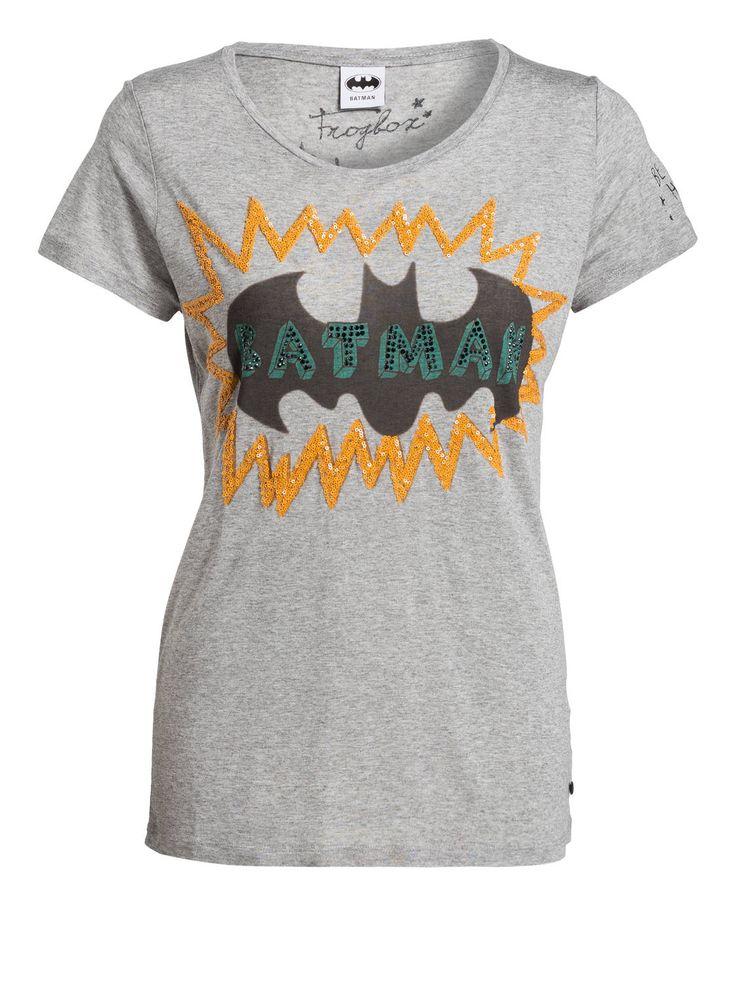 Batman mal anders! Das bezaubernde T-Shirt von FrogBox wird Ihren Alltag aufpeppen. Der angesagte Batman-Print ist bei diesem Modell mit schimmerndem Strass und Paillettenbesatz verziert. Setzen Sie auf dieses Styling-Wunder!Details:Gerader Schnitt Rundhalsausschnitt Print mit PaillettenbesatzMaße bei Größe 36:Rückenlänge ab Schulter: 67 cm