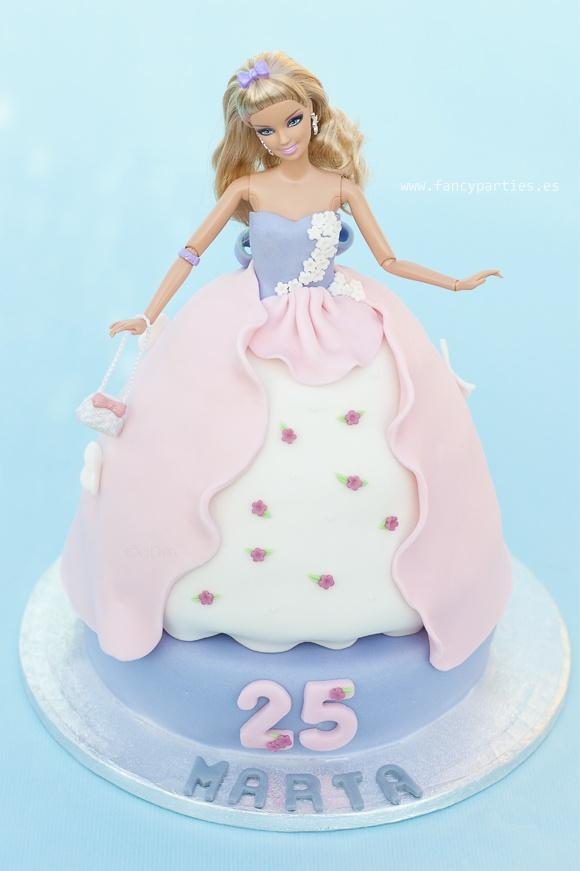 Cute Barbie Cake by www.fancyparties.es  #barbiecake