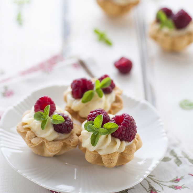 White Chocolate Raspberry Mousse Tartlets. A delicious chocolate dessert to impress family and friends. Courtesy of #finedininglovers & #Snowflake