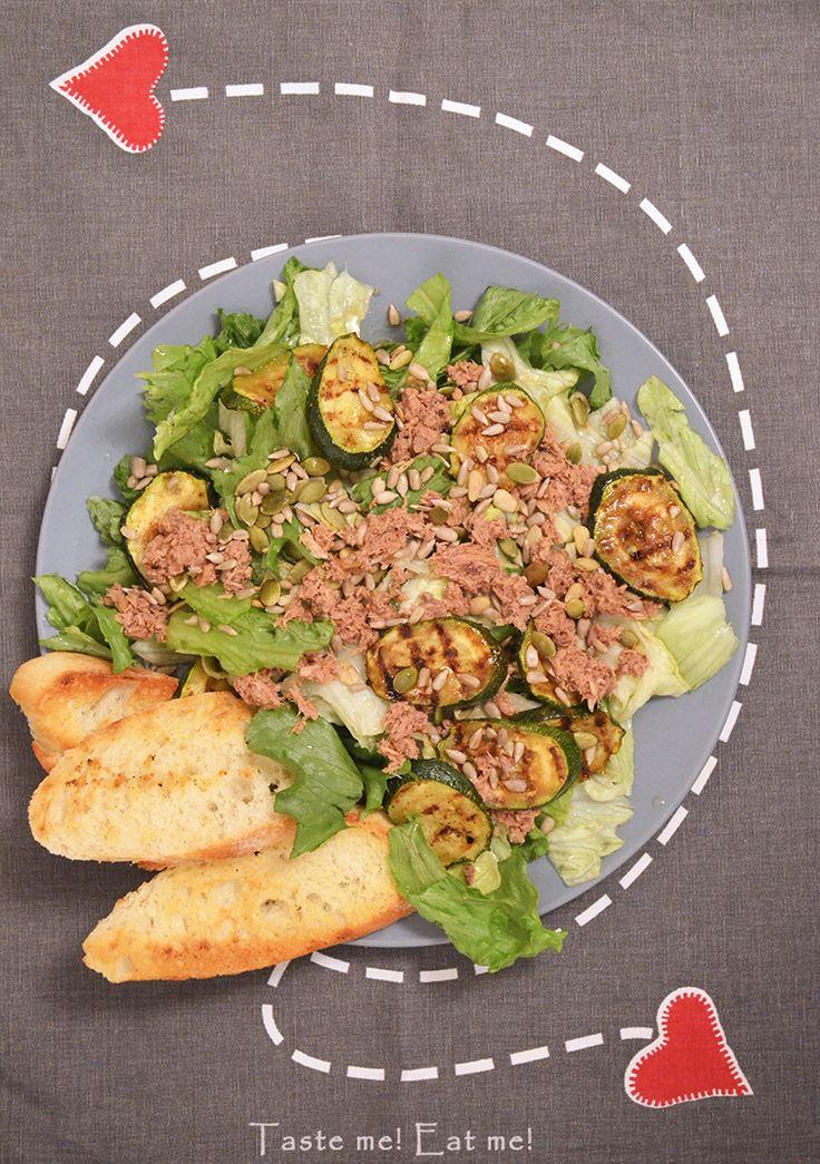 Taste me! Eat me!: Sałatka z tuńczykiem, grillowaną cukinią i pestkam...