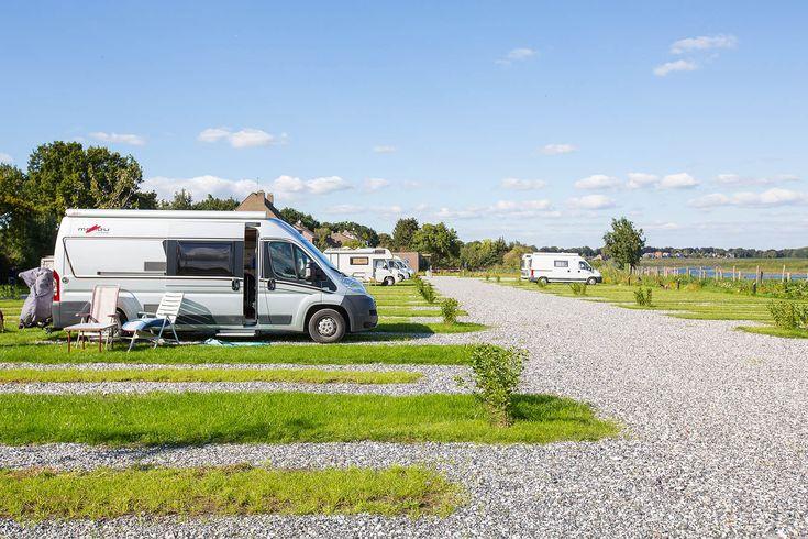 Camperplaats Maastricht ligt aan de rand van de Maas en is makkelijk bereikbaar vanaf de toegangswegen naar Maastricht. Per fiets is het centrum binnen vijf minuten bereikbaar en de locatie biedt een prachtig uitzicht over de uiterwaarden.