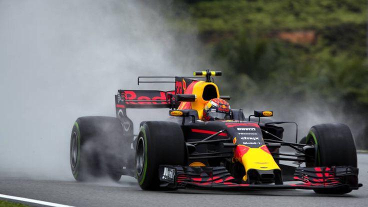 De Nederlander is op de eerste trainingsdag in Maleisië de snelste op een natte baan, maar ziet Ferrari domineren op een droge baan.