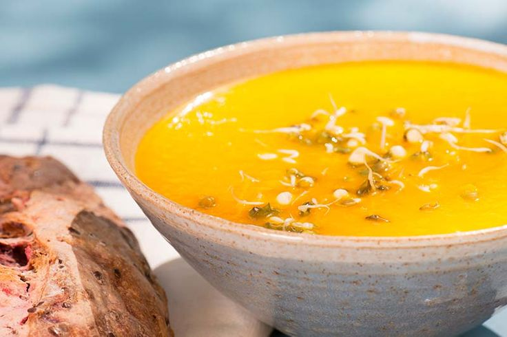 Morots- och ingefärssoppa   Morot och ingefära älskar varandra. Vilken fin, ren smak de bjuder på. Enda svårheten är att pricka rätt med doseringen av ingefäran. Men börja, som alltid, smaksätta i underkant.  #recept #mat #vego #vegetarisk #soppa #morot #ingefära
