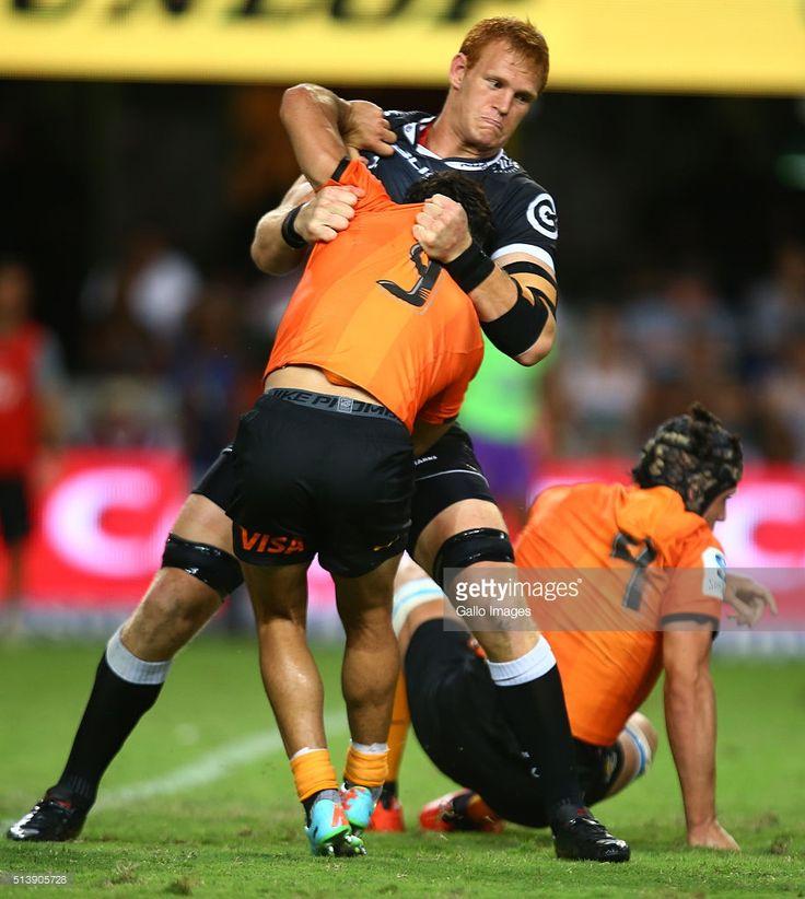Phillip van der Walt das células C Sharks tem porão de Martin Landajo do Jaguares durante o Super Rugby match 2016 entre células C Tubarões e Jaguares na Growthpoint Kings Park Stadium em 05 de março de 2016 em Durban, África do Sul.