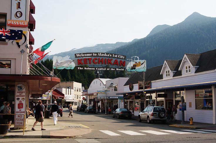 г. Кетчикан. На щите надпись: «Добро пожаловать в 1-й город Аляски —  лососевую столицу мира»