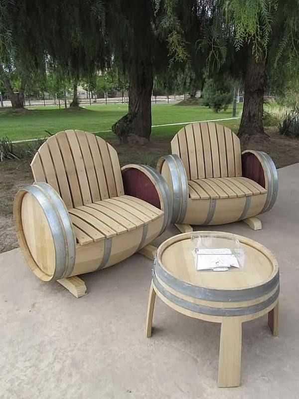 Leuk zelfgemaakt meubilair van eikenhouten wijnvaten. Inspiratie voor doe het zelvers. Loungeset van een wijnvat, wijnrekken en bartafels om zelf te maken.