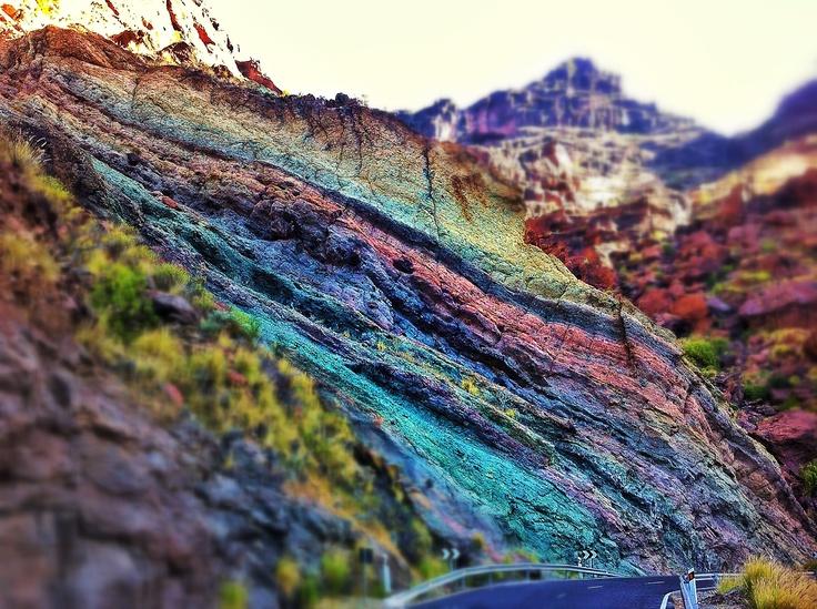 Pared de estratos de colores... San Nicolás de Tolentino, Gran Canaria.