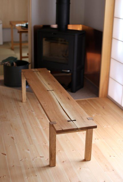 クルミの木で作ったベンチです。以前お作りしたテーブルに似合うベンチをというご依頼でした。石谷らしいシンプルで繊細なデザインが、お家にも良く似合っておりました。以前お作り