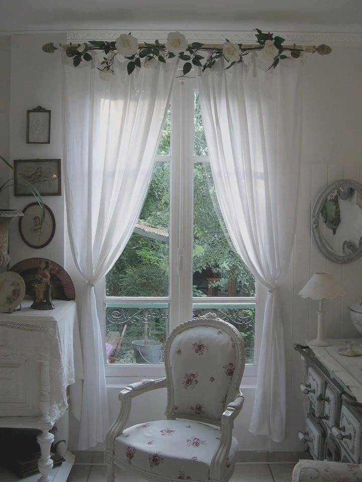 Lindo ambiente con cortinas blancas coronadas con flores.