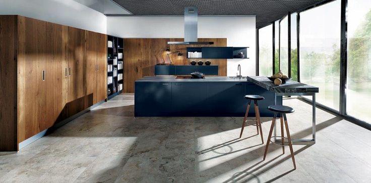 Nieuwe Next125 keuken: NX902 Glas mat indigoblauw in combinatie met hoge kasten en wandpanelen in oud-eiken