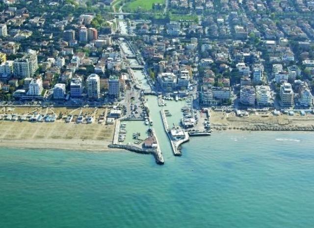 Riccione Este municipio atrae a una multitud de turistas todos los veranos por sus magnificas costas, la ciudad posee mas de 650 hoteles.