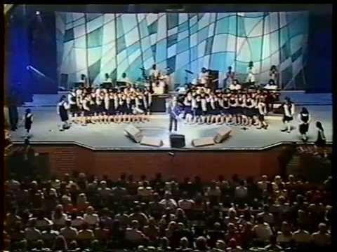 Roberto Carlos interpreta Nossa Senhora com as Meninas Cantoras de Petró...