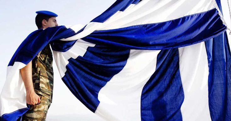 Καθ' όλη τη διάρκεια της Τουρκοκρατίας δεν έλειψαν τα επαναστατικά κινήματα των υπόδουλων Ελλήνων.Σε όλες αυτές τις εξεγέρσεις υψωνόταν και από μια σημαία, «εν π�