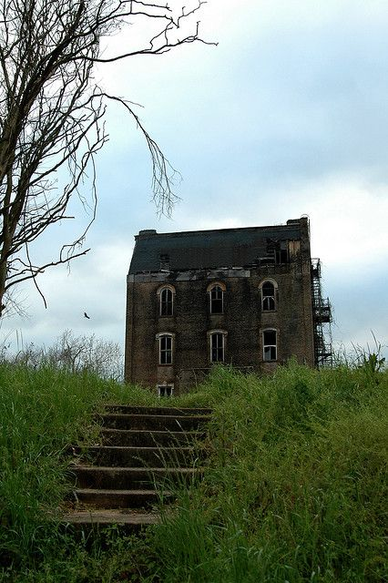 This old house looks haunted.