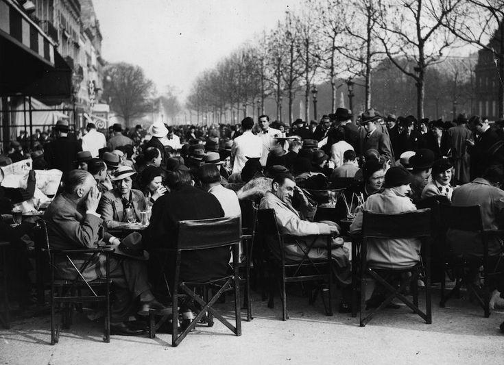 Gli affollati tavolini all'aperto dei caffè lungogli Champs Elysée a Parigi, la mattina del 3 aprile 1934. (Keystone/Getty Images)
