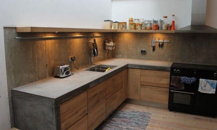 Met ingefreesde handgrepen, koak keuken met ikea kasten en een betonnen blad op maat.