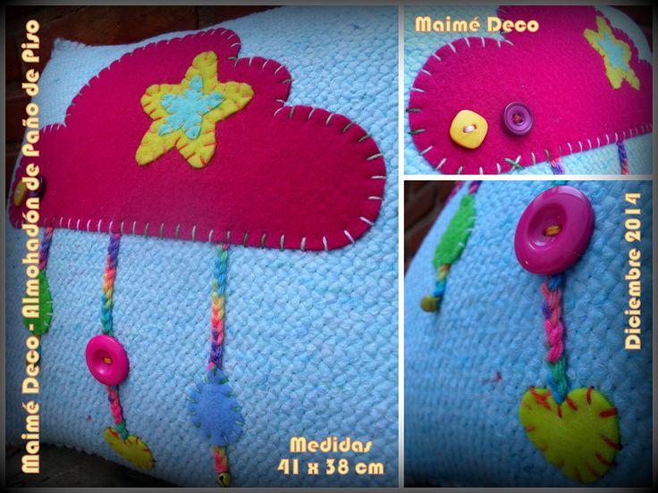 Almohadón realizado con Paño de Piso y Pañolenci. Medidas: 41 x 38 cm. Detalles con botones, cascabeles y crochet