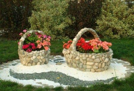 Натуральный камень широко используется в дизайне ландшафтного дизайна, поэтому попробуйте с помощью этого материала сделать красивую клумбу для цветов.