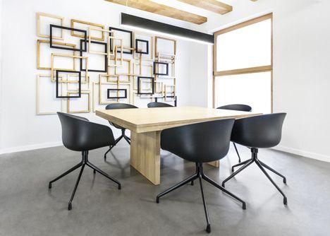 Zapata y Herrera diseñado por Masquespacio; reconversión de una galería en un despacho de abogados. Presencia de madera, negro y gris, combinación que generan espacios claros y elegantes.
