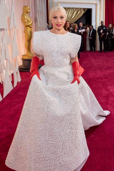 Lady Gaga|レディ・ガガ  パフォーマーを務めるレディ・ガガはアライアのドレスをチョイス。  ドレス:アズディン・アライア ジュエリー:ロレーヌ・ シュワルツ
