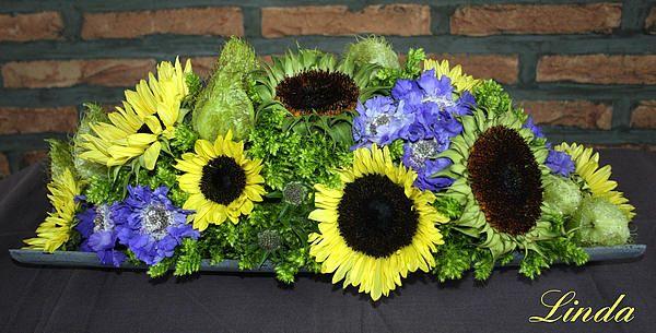 Bloemschikmaterialen en zonnebloemen, scabiosa, asclepias en phlox voor het maken van zomers bloemstuk - bloemschikken als hobby