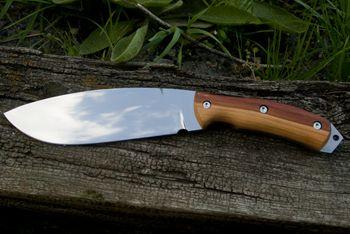 nůž: Nůž Duko ocel: Bohler N690 celková délka: 280mm délka čepele: 165mm síla čepele: 5mm materiál rukojeť:  švestkové střenky  pouzdro: hovězí úseň