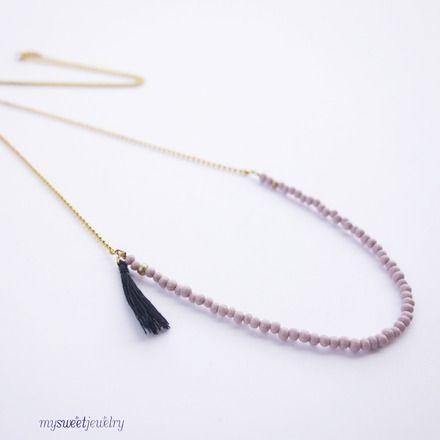 Sautoir fin petites perles rose pastel et doré avec pompon bleu marine, par Mysweetjewelry.  http://www.alittlemarket.com/collier/fr_sautoir_fin_petites_perles_rose_pastel_et_dore_avec_pompon_bleu_marine_-10869275.html