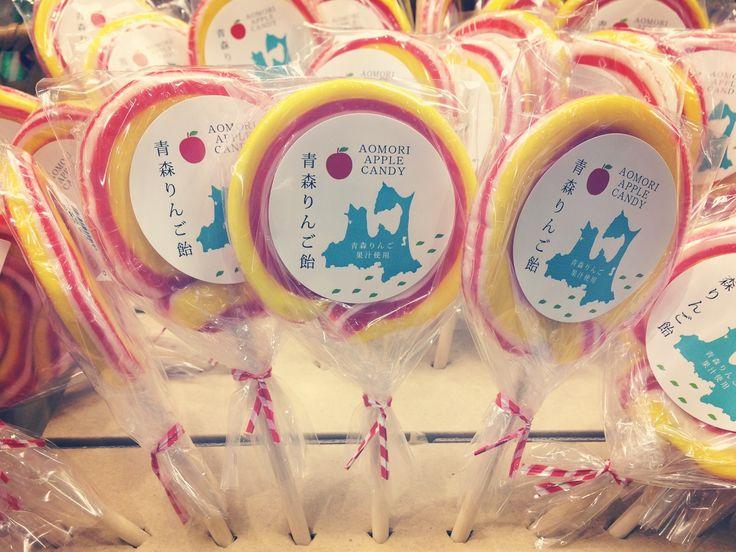 Marchélection 0089 青森県土産販売(株) 青森りんご飴 ¥270 ペロペロキャンディ 子供の頃、最後まで食べ切れないのに ついつい欲しくなっちゃいましたよね! こちらの棒付き飴は美味しい青森りんごを使用してるので大人も完食できちゃう事 間違いなしですよー☺︎