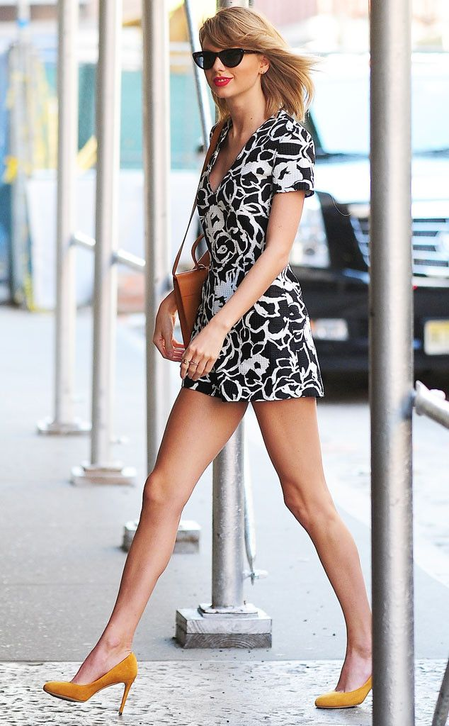 Taylor Swift shows off a lot of leg in this super cute look!