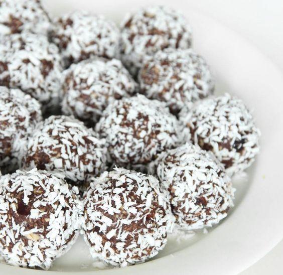 Nyttiga chokladbollar helt utan socker! Supergoda och ingen kan ana att de innehåller dadlar istället för socker.