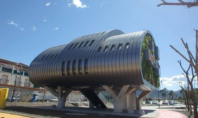 #toiture Ce bâtiment à l'architecture improbable produit plus d'énergie qu'il n'en…