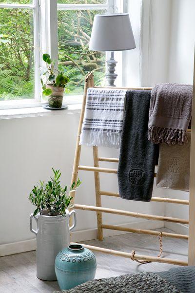 Giv dit soveværelse en stemnig ro, luftighed og hygge med nordisk countrystil.