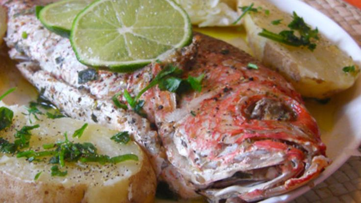 Un pescado fresco puede ser cocinado de mil y una maneras. Al horno con papas resulta deliciosa y muy fácil de hacer. El olor que emana de la mezcla del aceite de oliva con el vino y las especies resulta muy rico. Para obtener un buen sabor no necesitas abusar de especies. Es una receta que puede acompañar arroces, ensaladas, pimientos o solo. ¡Que te aproveche!