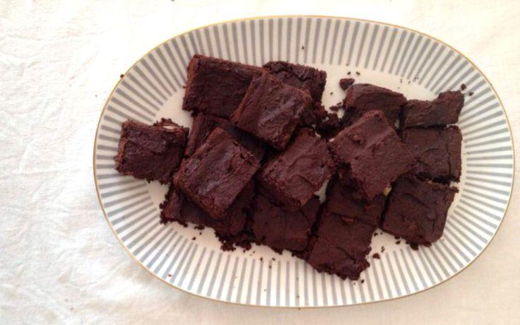 Diese mehl- und glutenfreien Brownies schmecken nicht nur gut, sie sind auch noch glutenfrei, ohne Zucker, kalorienarm und proteinreich dank Kichererbsen.