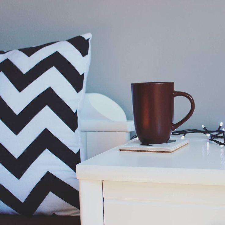 Jak dobrze że mam wszystko czego potrzebuję i mogę spokojnie usiąść do pisania licencjatu - nie powiedział nikt nigdy. Trzymajcie kciuki.  #cup #kubek #kawa #herbata #tea #coffee #morning #poranek #goodmorning #room #pokój #home #homedesign #homesweethome #design #inspiration #inspiracja by partyzantka.blog http://discoverdmci.com