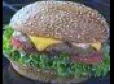 Receita de Hambúrguer de cordeiro - hambúrgueres com uma tampa de redonda de plástico Corte a folha de papel vegetal em 8 partes Coloque cada hambúrguer no papel vegetal dobre para...