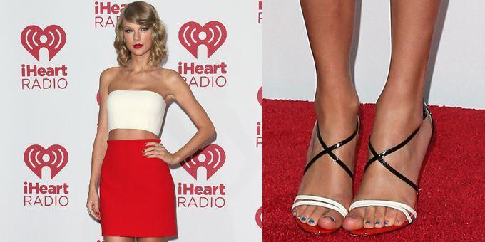 Taylor Swift in perfetta forma non ha resistito a mostrare il suo ombelico sul tappeto rosso per la sua apparizione al the iHeart Radio Music Festival.http://www.sfilate.it/233568/per-taylor-swift-top-gonna-calvin-klein-sandali-louboutin