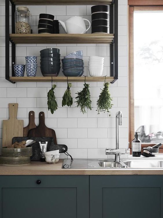bancada de cozinha prateleiras abertas cinza e madeira azulejos brancos