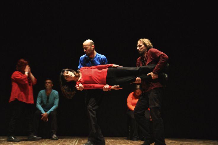 """Strani mobili vengono spostasti in #StorieDiOrdinariaStranità https://www.produzionidalbasso.com/project/storie-di-ordinaria-stranita/   tratta da """"L'altra bellezza"""" spettacolo della Compagnia Stranità del Teatro dell'Ortica di Genova"""
