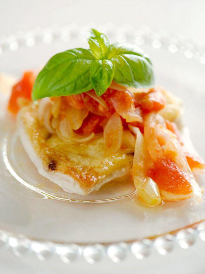 さっぱりしたカジキマグロのソテーに相性抜群のトマトソースをカジキマグロは片栗粉をまぶすことで、旨みを逃さずパリッと焼ける。淡白な魚にはトマト×玉ねぎの甘酸っぱいソースをかけて、イタリアンテイストの仕上がりに。|『ELLE a table』はおしゃれで簡単なレシピが満載!