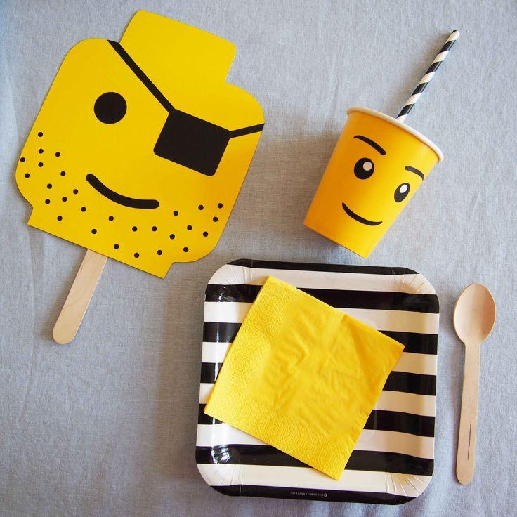 Vaisselle et Photo Booth à l'occasion d'un anniversaire sur le thème lego. Idées, printables et vaisselle à retrouver sur www.rosecaramelle.fr/blog/lego-party #lego #party #legoparty #fete #anniversaire #birthday #sweettable #kids