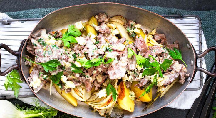 Recept på renskav med ädelost och ugnsbakad fänkål. Spara gärna lite av persiljan att garnera med.