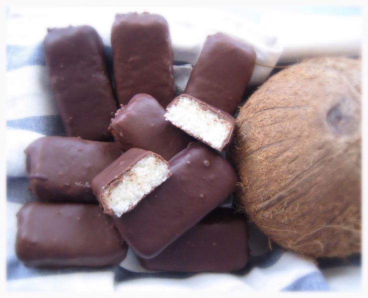 Ingrédients : 1 boîte de lait concentré sucré (397g) 200g de noix de coco râpée 250g de chocolat au lait ou noir Préparation : Mélanger le lait concentré et la noix de coco râpée. Etaler la pâte obtenue sur une épaisseur de 2 cm. Mettre au réfrigérateur...