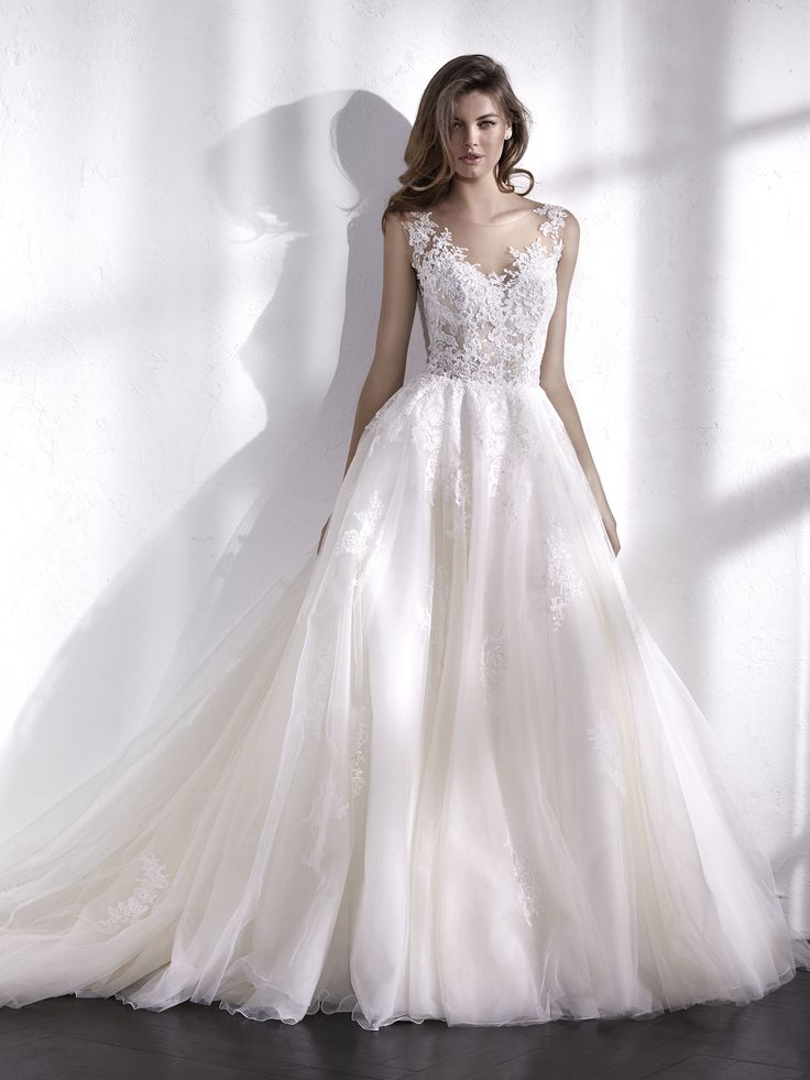 Marvelous ballgown dress. The magnificent full skirt made of layers of tulle is combined with an illusion bodice that creates a second-skin effect with the beaded, thread-embroidered crystal tulle. A wedding dress with a very sensual and feminine V-neck that will make you the protagonist of the story.