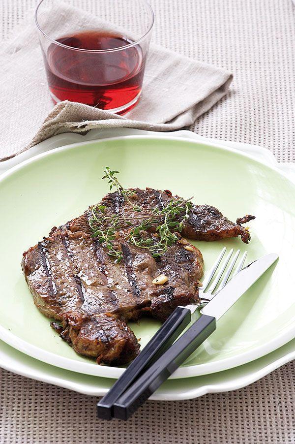 Το γιουβέτσι με μοσχάρι είναι από τα πιο κλασικά μαμαδίστικα πιάτα. Και μπορεί όλοι να ορκιζόμαστε στη νοστιμιά του, αλλά ξέρουμε ότι το νόστιμο αυτό κρέας μαγειρεύετε με πολλούς τρόπους. Έχετε όρεξη για μοσχαράκι λοιπόν; Σας έχουμε 20 συνταγές που θα το απογειώσουν γευστικά!