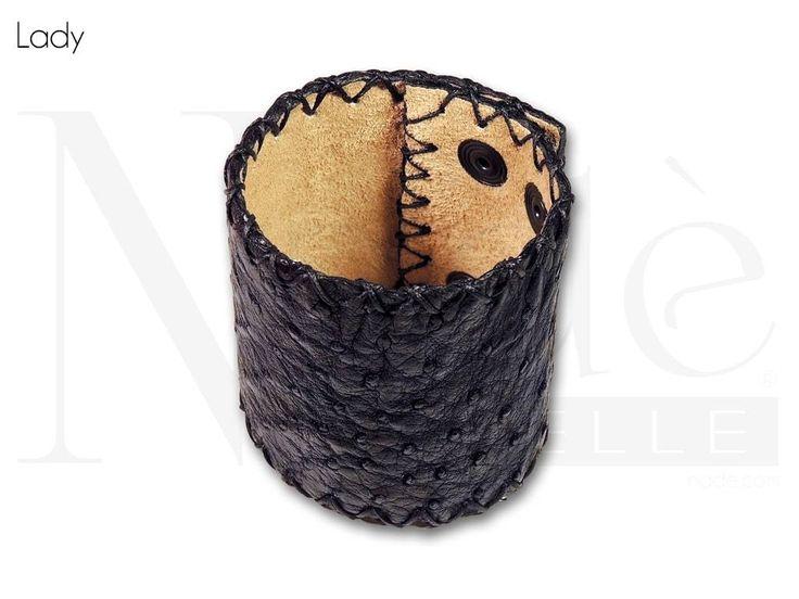 Lady, bracciale semi rigido a polsino realizzato in pelle di struzzo e completamente cucito a mano con costa a taglio vivo
