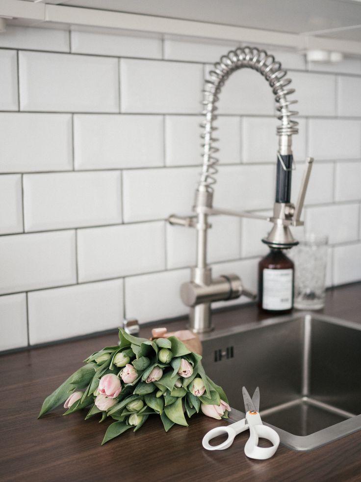 Pink tulips / Spring vibes / White kitchen / Subway tiles / Noora&Noora nooraandnoora.com
