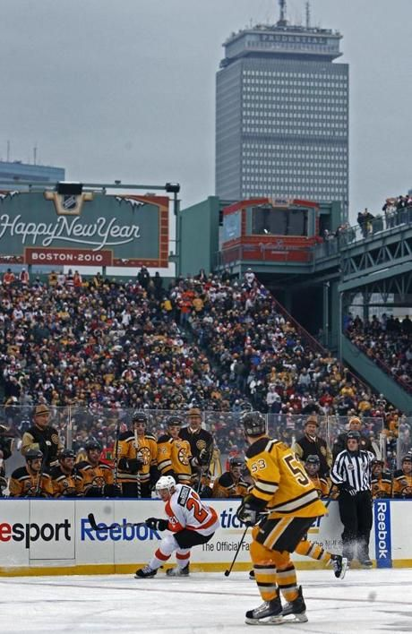 2010: Bruins beat Flyers in Winter Classic at Fenway Park